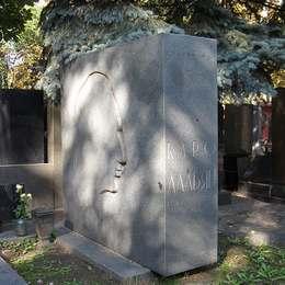 Могила Каро Алабяна